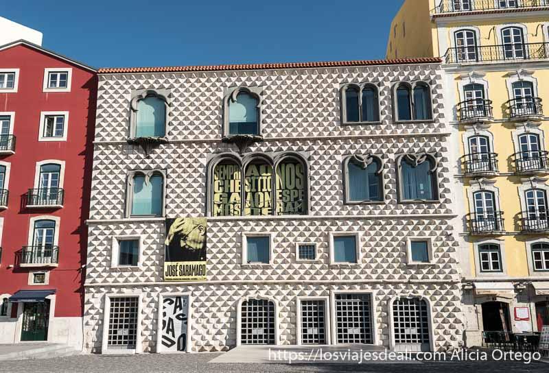 fachada de casa dos bicos con cartel grande de jose saramago
