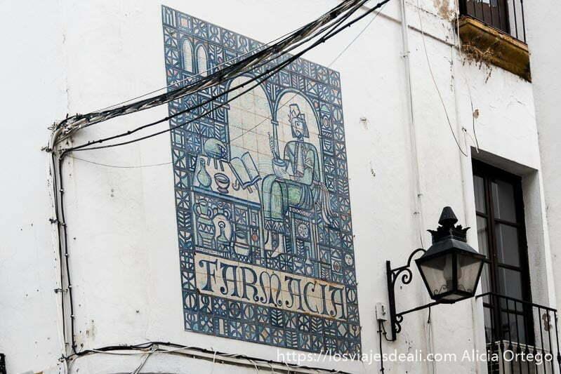 cartel antiguo de farmacia hecho con azulejos y dibujo medieval en córdoba