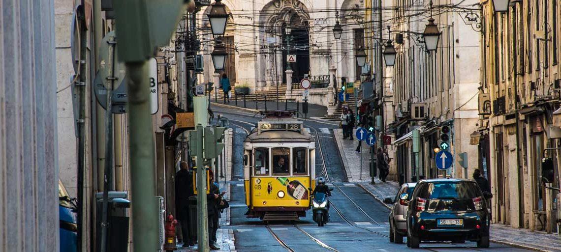 tranvía amarillo circulando por el centro de lisboa