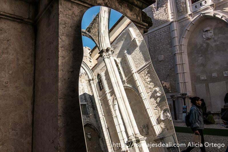reflejo de columnas del convento do carmo en un espejo en el centro de lisboa