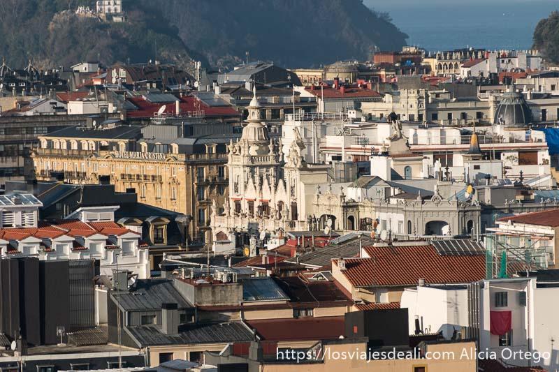 vista desde arriba y de lejos de edificios modernistas de san sebastián