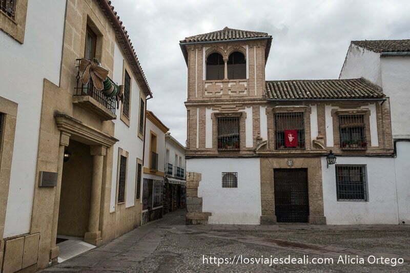 plaza de la judería con casa con torre de ladrillo y ventanal con columna en el centro histórico de córdoba