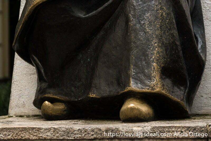 babuchas de la estatua de maimónides de bronce en el centro histórico de córdoba