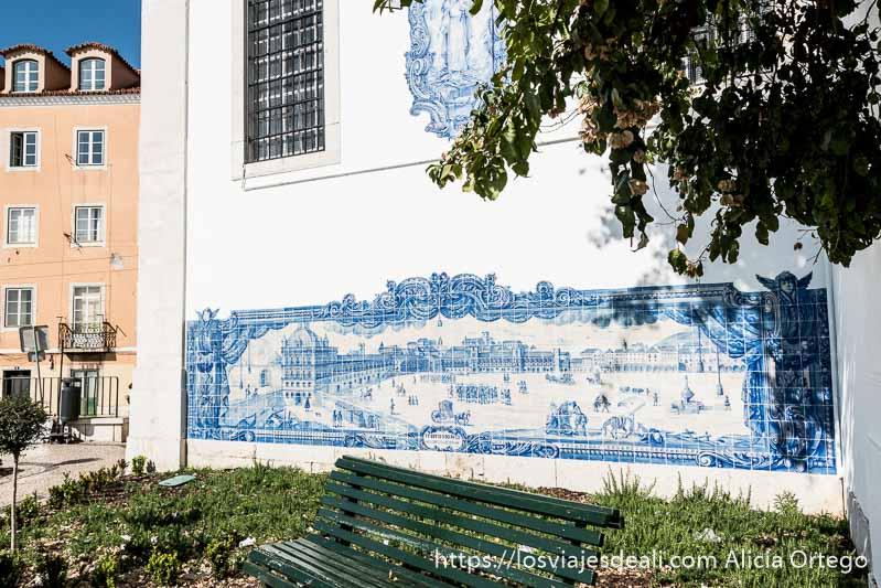 mural de azulejos con la plaza del comercio antes del terremoto se ven coches de caballos y gente paseando en el centro de lisboa