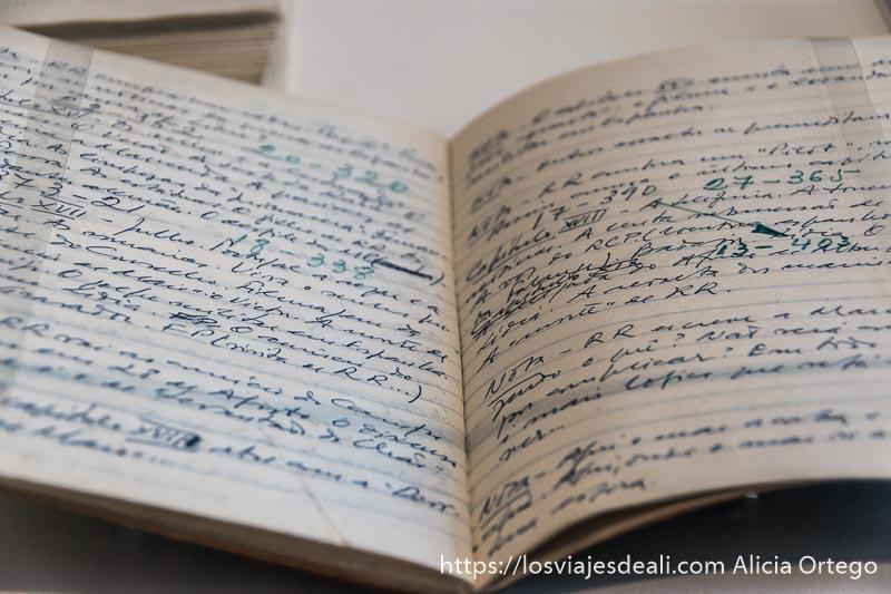 cuaderno con apuntes de saramago en la exposición de casa dos bicos en el centro de lisboa