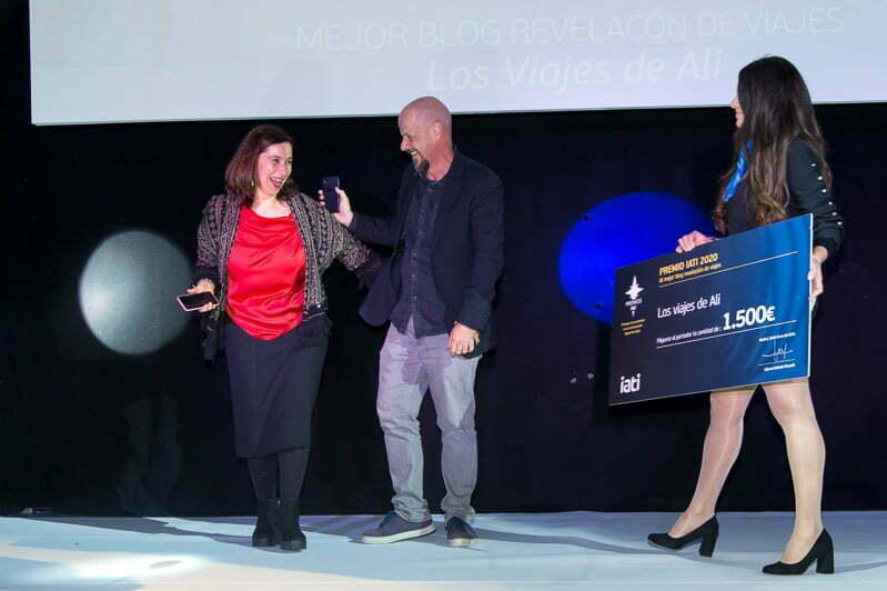 en el escenario con Rubén señor y la azafata que lleva un cartón con el premio al mejor blog revelación en la gala de premios iati