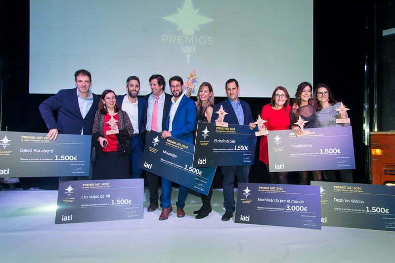 foto de grupo con todos los blogs premiados en el escenario de los premios IATI