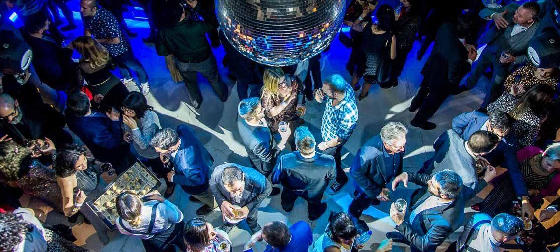 vista de pista de baile con bola de cristalitos y gente bailando en los premios iati