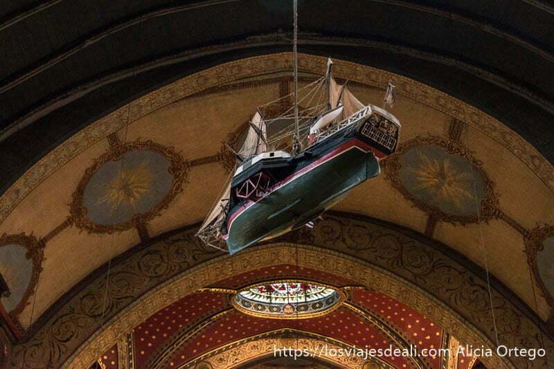 barco velero colgado del techo en la iglesia de san juan de luz