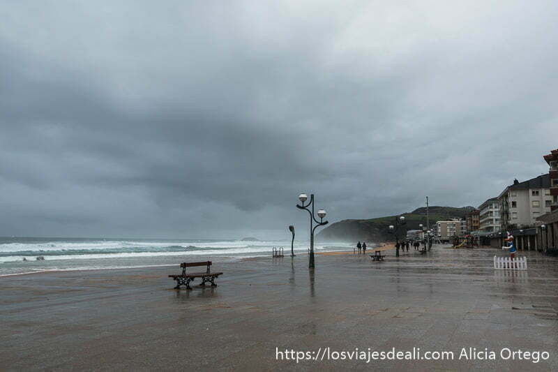 plaza de zarautz con mar embravecido y grandes nubes de tormenta
