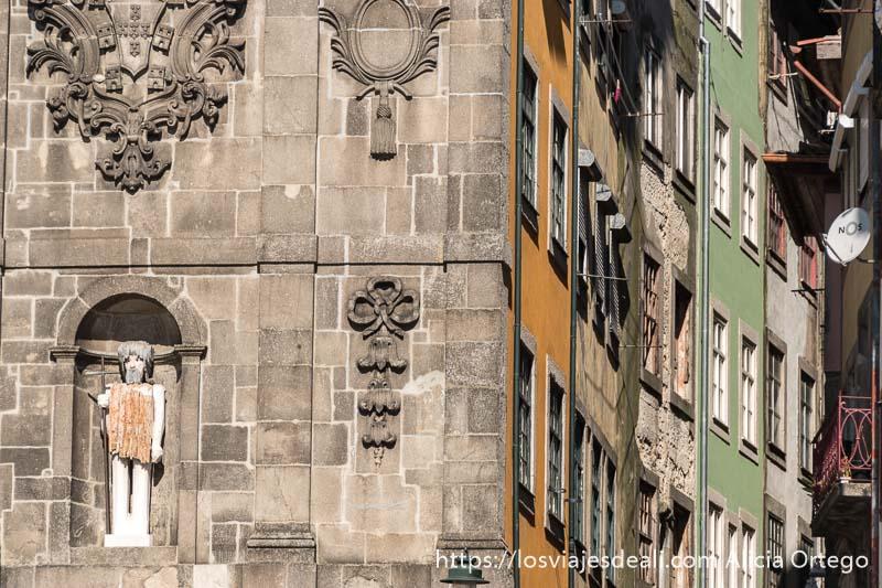 fachada de casas pintadas de color haciendo curva en un callejón en oporto