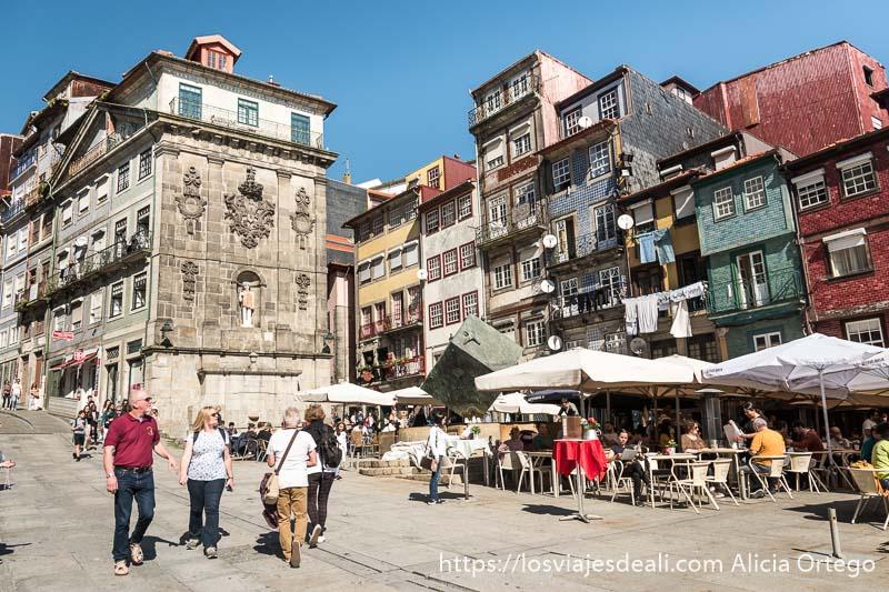 plaza de la ribeira con terrazas de restaurantes y casas con azulejos de distintos colores en razones para viajar a oporto