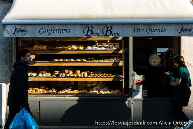 escaparate de confitería Bem Bom llena de pasteles y panes en razones para viajar a oporto