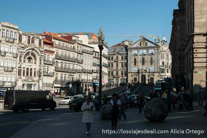 plaza de sao bento con iglesia al fondo con fachada de piedra y azulejos azules
