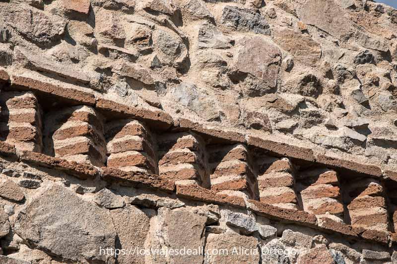 detalle de ladrillos mozárabes en forma trapezoidal en la muralla