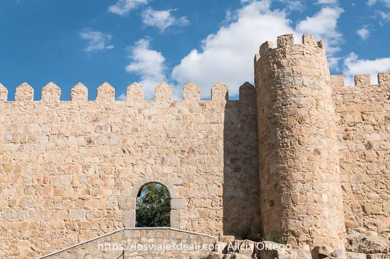 muralla con puerta con arco y una torre a la derecha uno de los lugares que ver en ávila