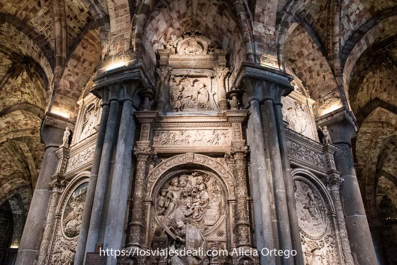detalle del interior de la catedral con relieves en piedra uno de los lugares que ver en ávila