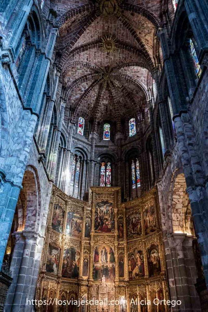 nave central de la catedral de ávila con retablo dorado lleno de pinturas