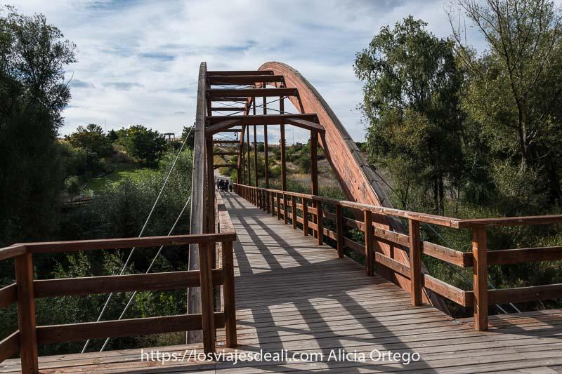puente de madera peatonal que lleva a los 4 postes uno de los lugares que ver en ávila