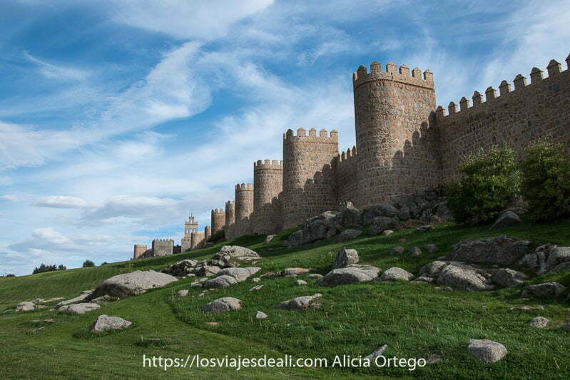 muralla de ávila vista desde el exterior con cielo con nubes racheadas