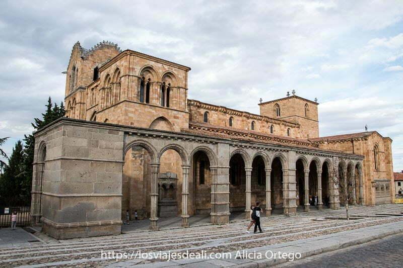 vista de la Basílica de San Vicente con galería porticada uno de los lugares que ver en Ávila