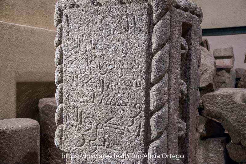 piedra de granito con inscripciones árabes en el museo de santo tomé el viejo