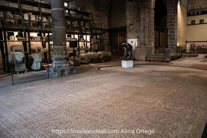 interior del almacén de santo tomé el viejo con gran mosaico romano en el centro