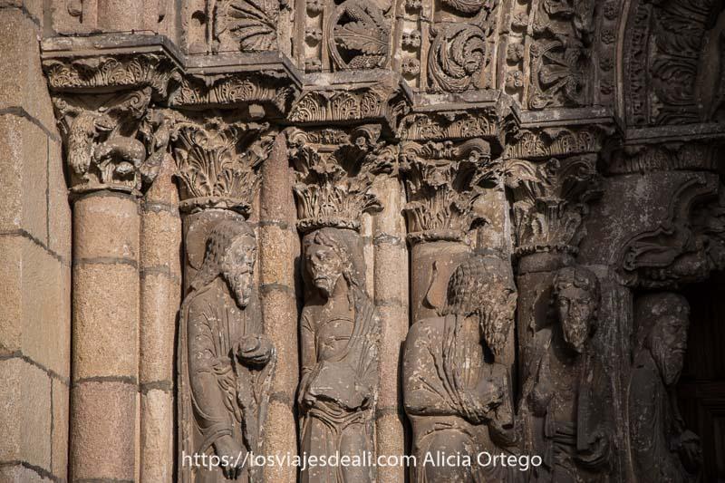 figuras de piedra románicas de santos en el pórtico de la basílica de san vicente uno de los lugares que ver en ávila