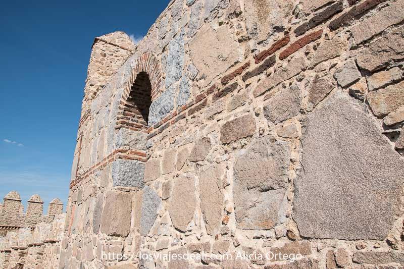 muralla con arco de ladrillo mudéjar y cielo muy azul uno de los lugares que ver en ávila
