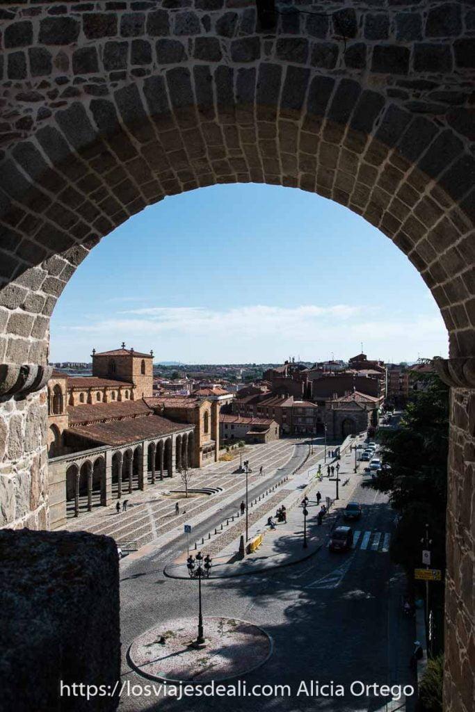 basílica de san vicente vista a través de un arco de la muralla lugares que ver en ávila