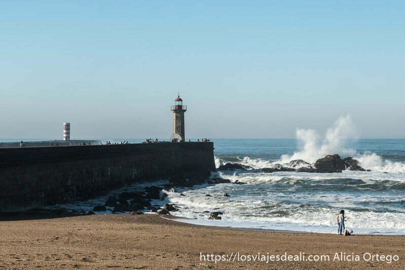 faro de filgueiras con rocas a la derecha con olas estrellándose
