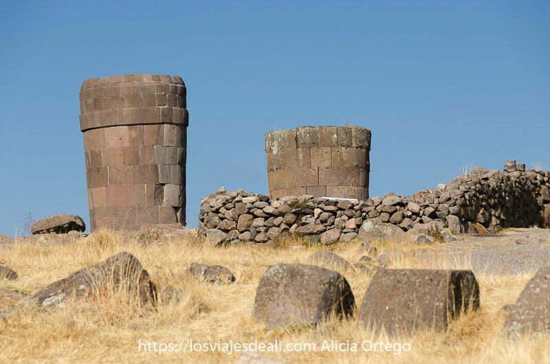 dos antiguas tumbas con forma de cono invertido hechas de piedra en sillustani uno de los lugares maravillosos de perú