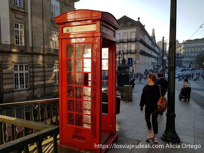 cabina de teléfono roja como las de londres en Oporto