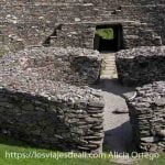 fuerte de la edad de bronce hecho con piedras y muros de antigua cabaña circular en el centro ring of kerry