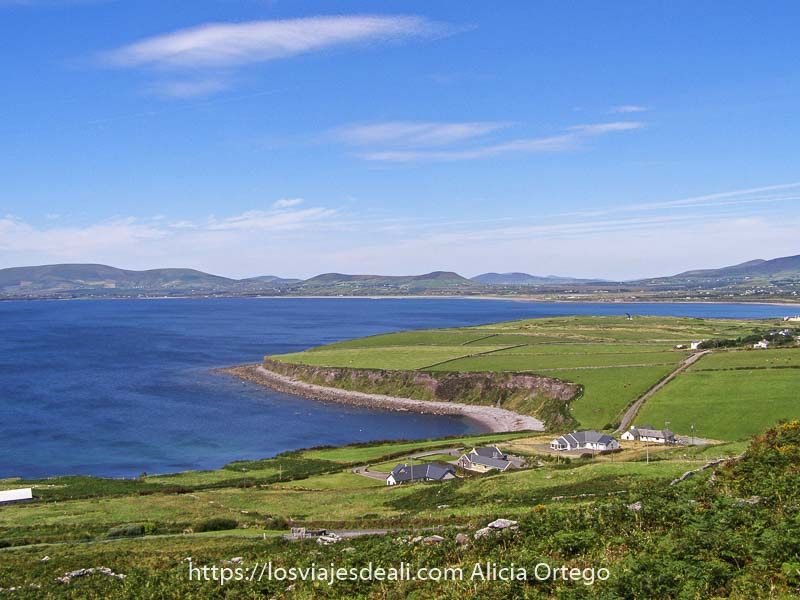 típico paisaje del Ring of Kerry con prados verdes y bahía con agua azul y mucho sol
