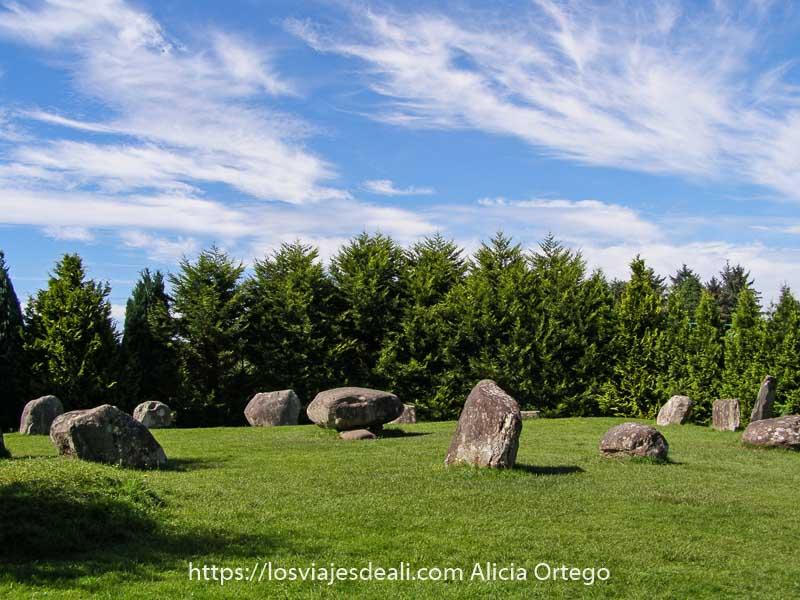 círculo de piedras de la edad de bronce con dolmen en el centro en la ciudad de Kennmare en el Ring of Kerry