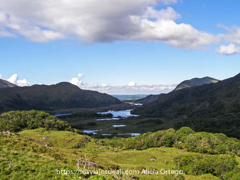 vistas desde el mirador Ladies View con varios lagos en el valle y montañas alrededor en el Ring of Kerry