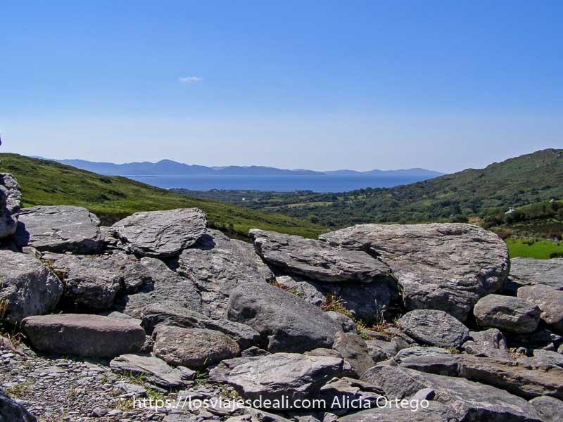 vistas desde lo alto de Staigue Stone Fort con el mar al fondo y montañas