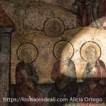 frescos del castillo de Sinaia donde aparecen hombres con aureolas de santos