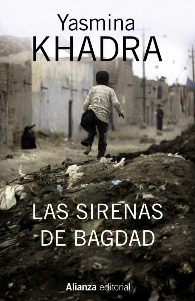 portada de Las sirenas de Bagdad de Yasmina Khadra con un niño andando sobre montón de escombros en una calle de casas bajas de barro