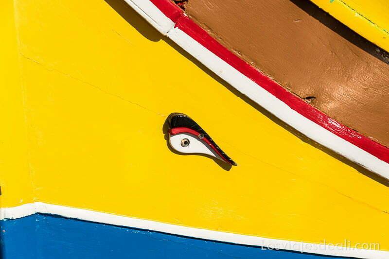 ojo de osiris sobre la franja amarilla de la proa de una barca típica de malta