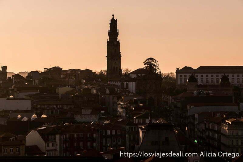 atardecer con la torre de los clérigos uno de los lugares que ver en oporto