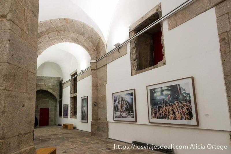 exposición de fotos de conciertos en los muros de la antigua cárcel del Centro portugués de fotografía en oporto