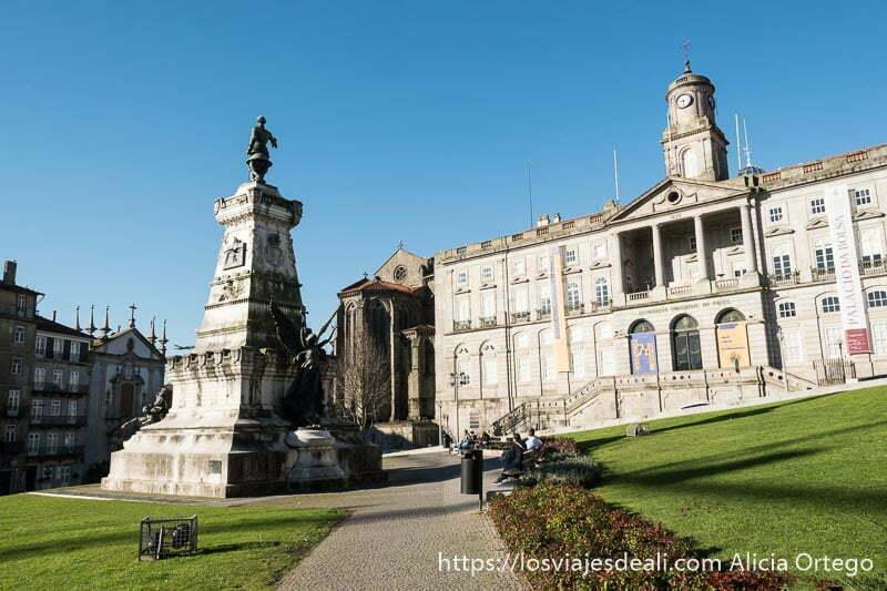 lugares que ver en oporto: palacio de la bolsa con un jardín delante y una estatua en el centro