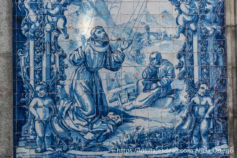 azulejos de la Capela das almas donde se ve al santo iluminado por el sol y una mujer leyendo sentada en el suelo al lado