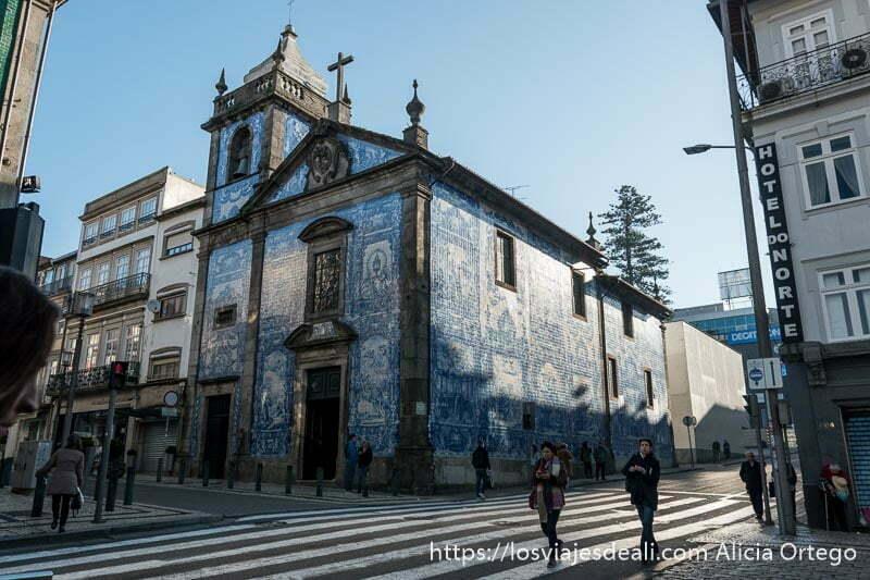 capilla de las almas con fachada recubierta de azulejos de color azul y blanco con escenas pintadas uno de los lugares que ver en oporto