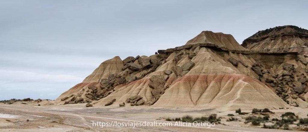 formaciones arcillosas y calcáreas con líneas de color por estratos en las Bardenas Reales