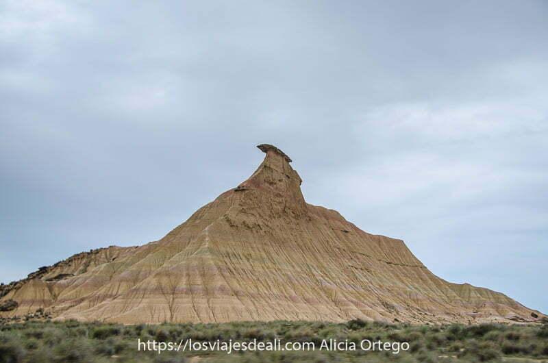 cabezo de los Tres Hermanos con roca caliza en forma de boina en la parte superior del mismo