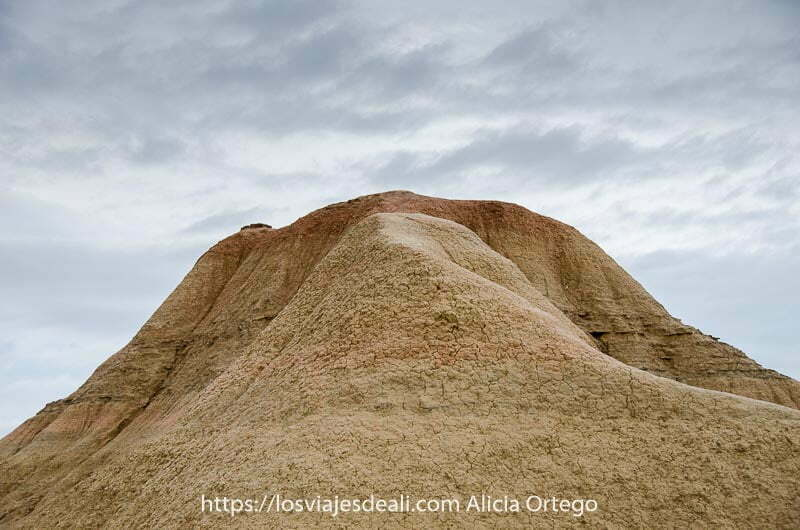 parte superior de un monte de arenisca en las Bardenas Reales de Navarra todo de arenisca