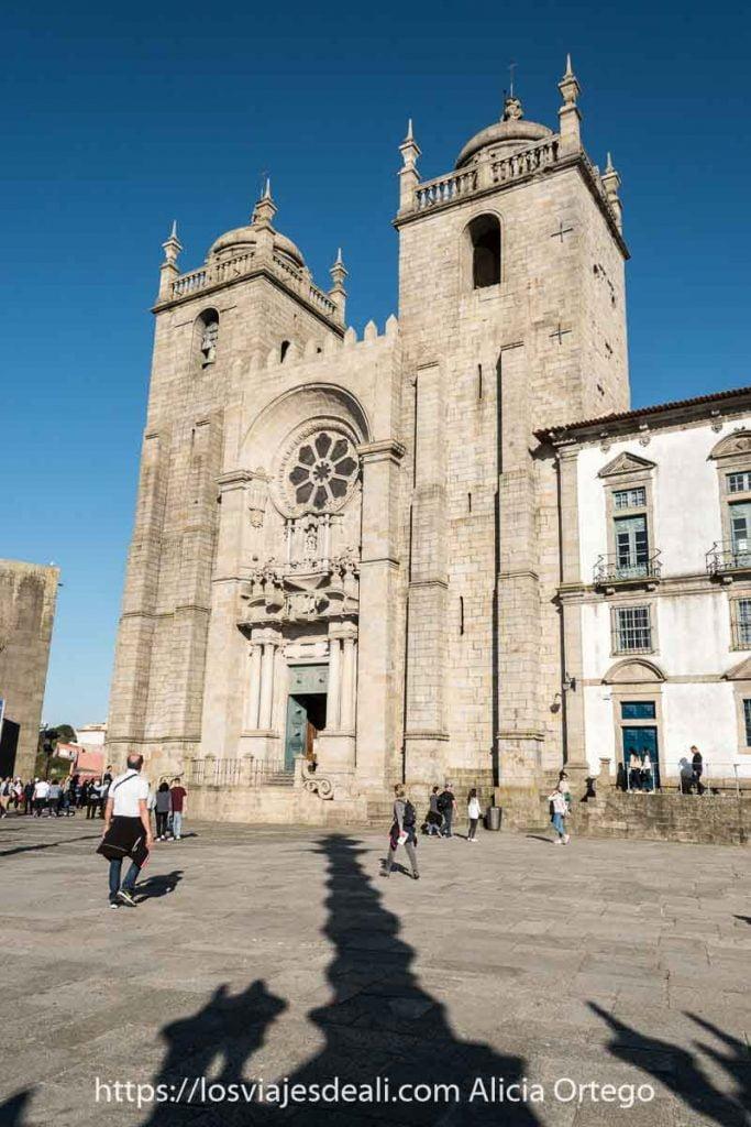 fachada de la sé de oporto con dos torres cuadradas terminadas en cúpula